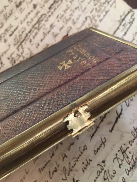 英国アンティークの祈祷書の金具