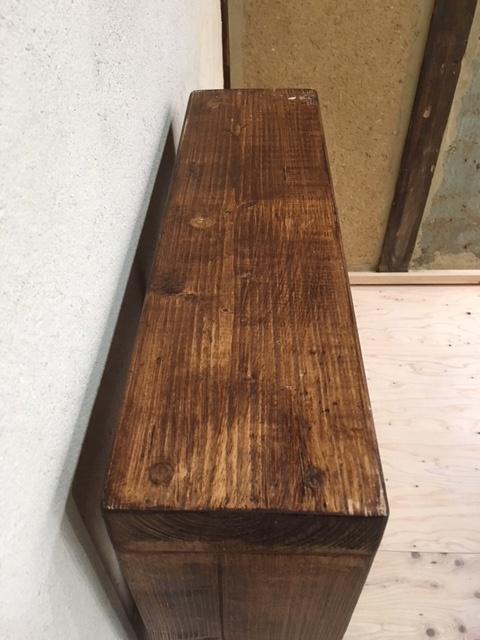 英国製の木製ブックシェルフ上から
