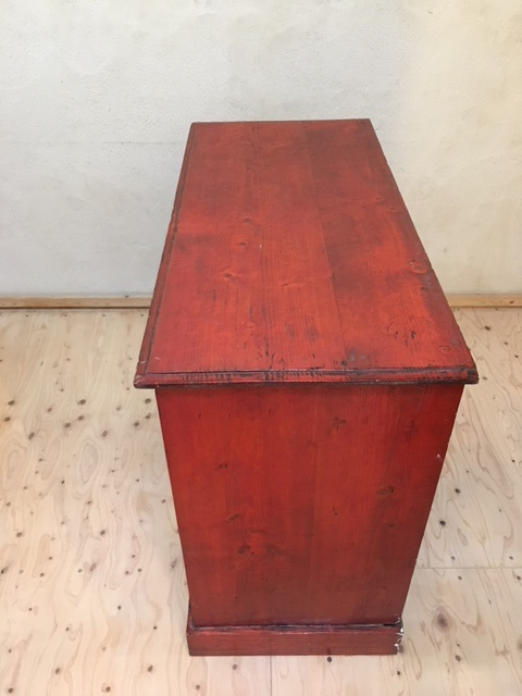 英国ヴィンテージの赤い木製チェスト側面