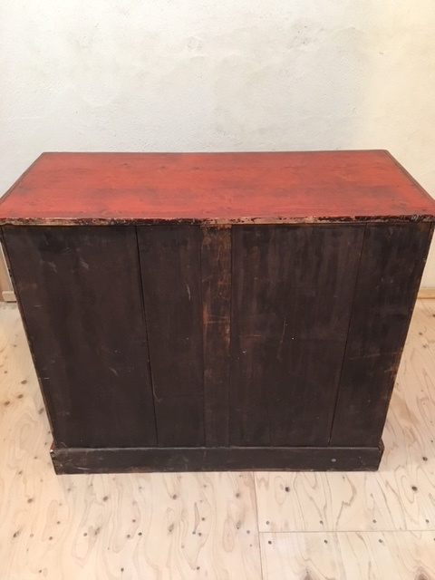 英国ヴィンテージの赤い木製チェスト背面