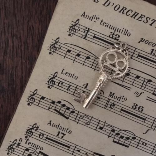 英国ヴィンテージの鍵モチーフシルバーチャーム