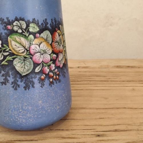 フランスヴィンテージの青い花柄エナメルポットの模様