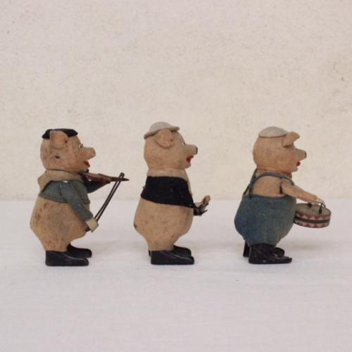 ドイツヴィンテージのSCHUCO社3匹の子ブタ人形横から