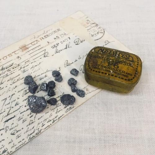 英国ヴィンテージのラジオ鉱石の小さな缶