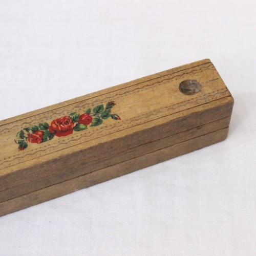 英国ヴィンテージの花柄木製ペンケースの絵柄