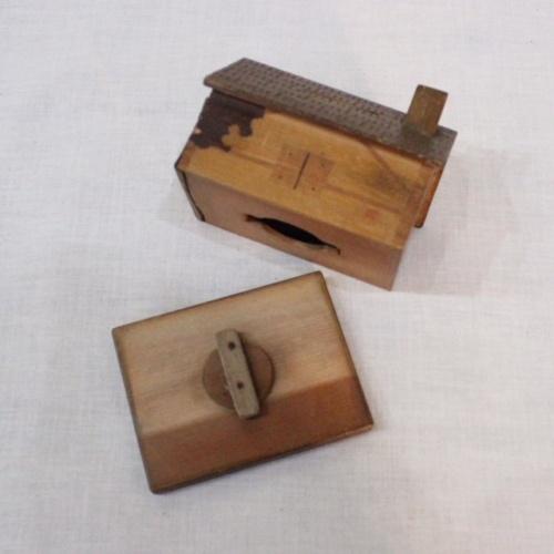 英国ヴィンテージの木製家型の貯金箱の取り出し部