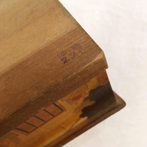 英国ヴィンテージの木製家型の貯金箱の底面