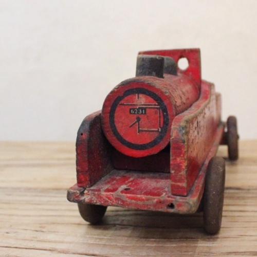 英国ヴィンテージの赤い木製の汽車の正面