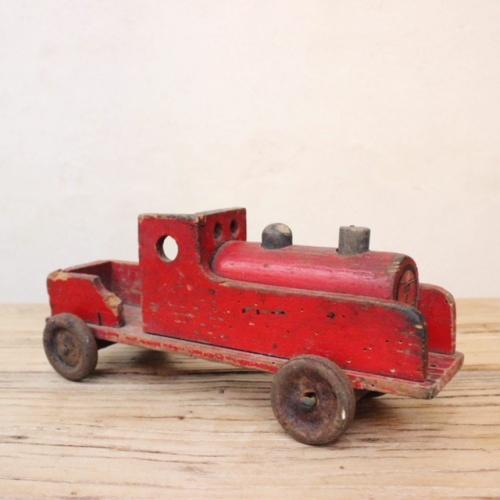 英国ヴィンテージの赤い木製の汽車横から