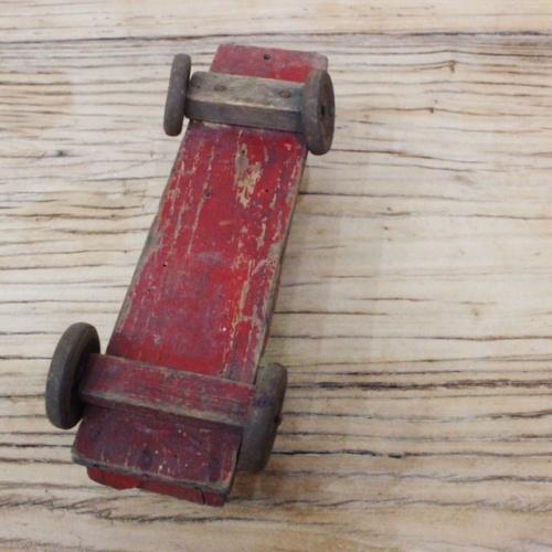 英国ヴィンテージの赤い木製の汽車の底面