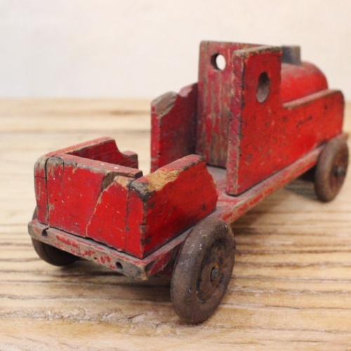 英国ヴィンテージの赤い木製の汽車後ろから