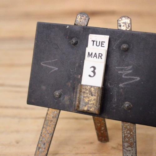英国ヴィンテージの黒板風卓上カレンダー