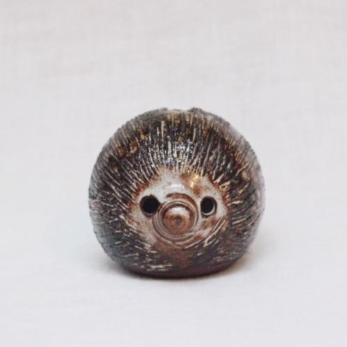 英国ヴィンテージの陶器製ハリネズミの貯金箱正面から