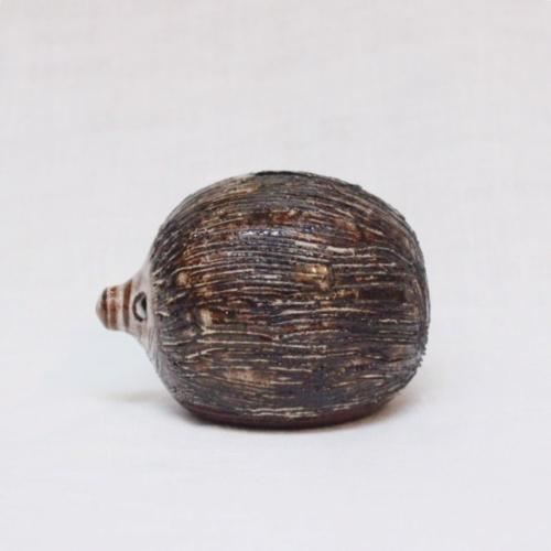 英国ヴィンテージの陶器製ハリネズミの貯金箱横から