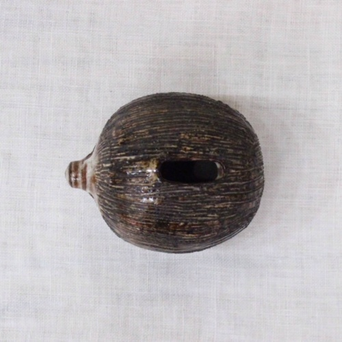 英国ヴィンテージの陶器製ハリネズミの貯金箱上から
