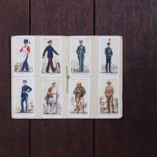 英国ヴィンテージの軍服のシガレットカードアルバム