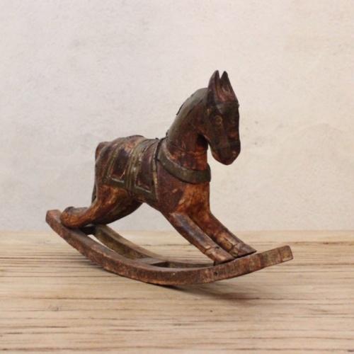 英国ヴィンテージの手彫りのロッキング木馬左斜めから