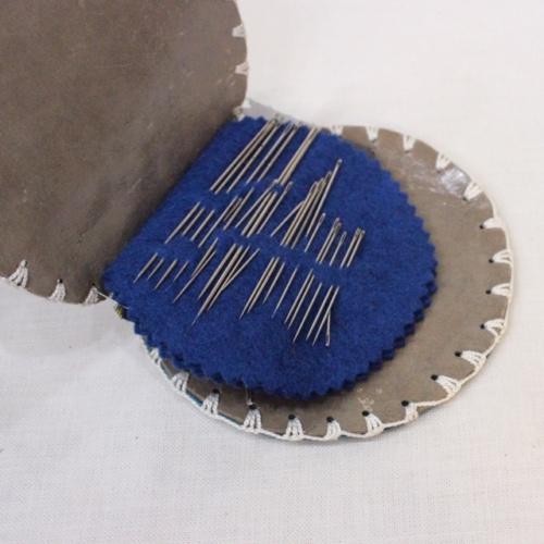 スコットランドヴィンテージのアザミ柄の革の針刺し表面