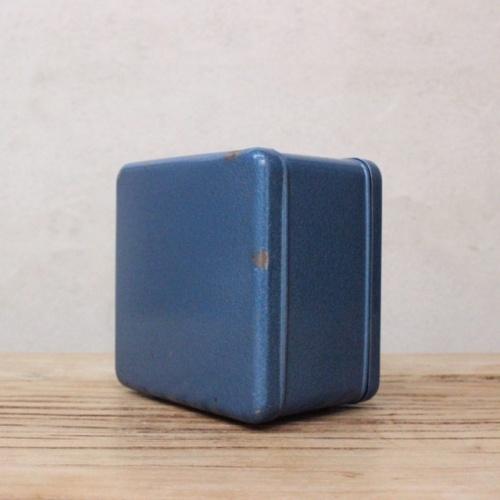 英国ヴィンテージの青い金庫型貯金箱の背面
