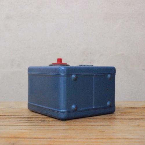 英国ヴィンテージの青い金庫型貯金箱の底面