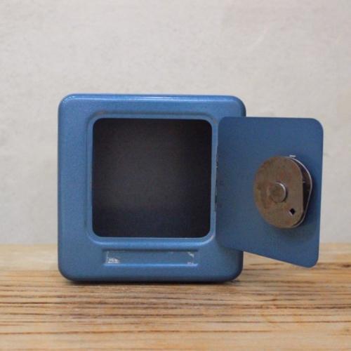 英国ヴィンテージの青い金庫型貯金箱の内部