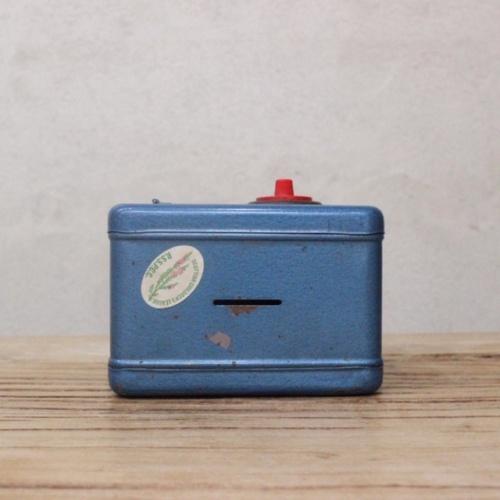 英国ヴィンテージの青い金庫型貯金箱の上部