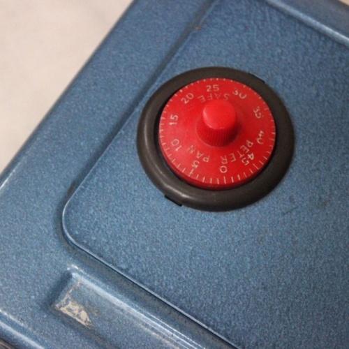 英国ヴィンテージの青い金庫型貯金箱のダイヤル部分