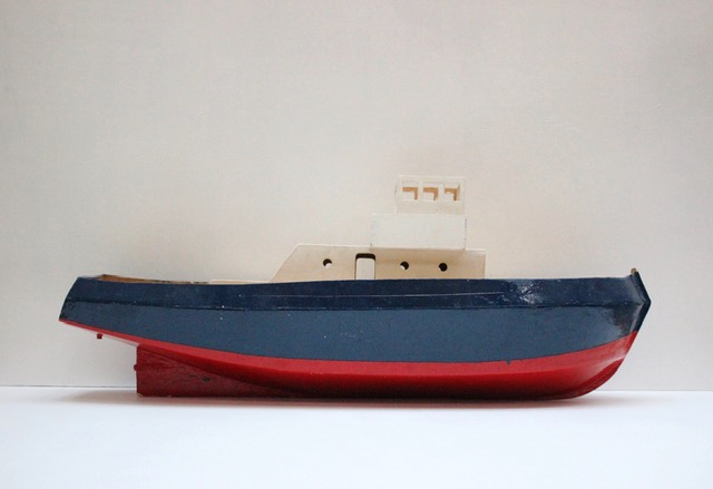 フランスヴィンテージのトリコロールカラーの大きなトロール船模型左側から