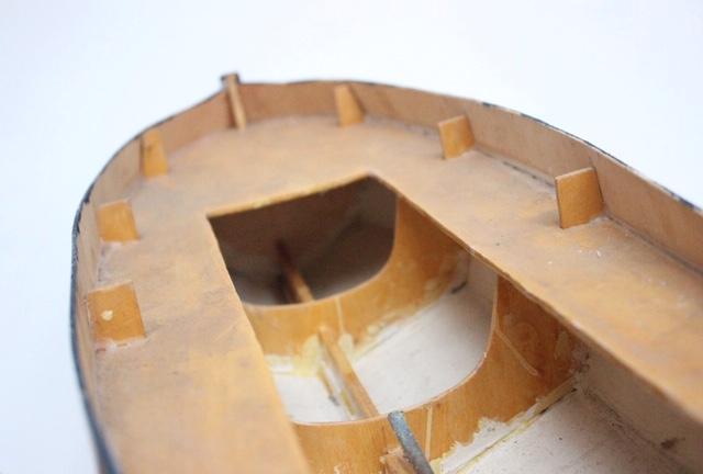 フランスヴィンテージのトリコロールカラーの大きなトロール船模型の船頭