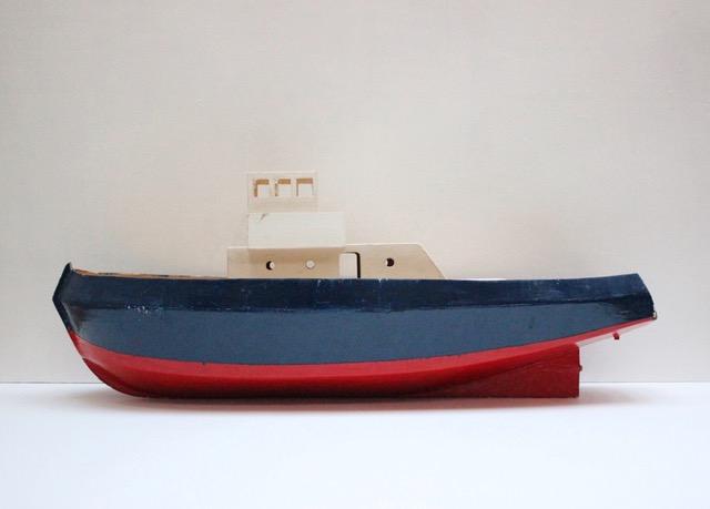 フランスヴィンテージのトリコロールカラーの大きなトロール船模型右側から