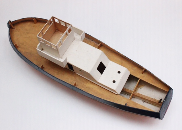 フランスヴィンテージのトリコロールカラーの大きなトロール船模型上から