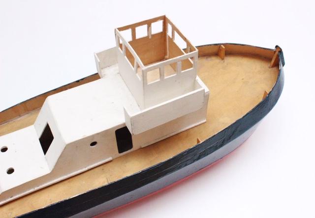 フランスヴィンテージのトリコロールカラーの大きなトロール船模型の船頭上から