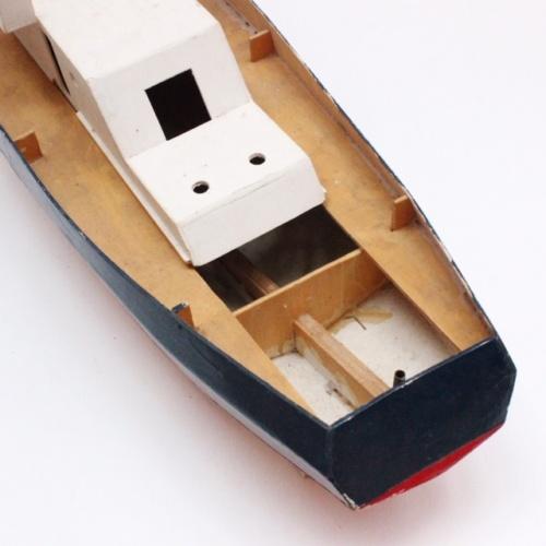 フランスヴィンテージのトリコロールカラーの大きなトロール船模型の船尾上から