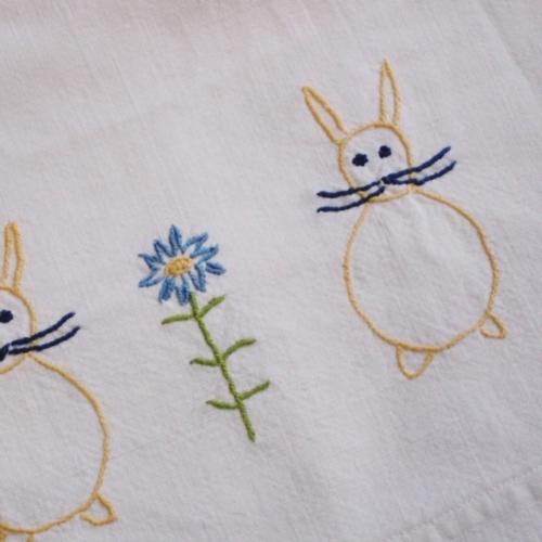 フランスヴィンテージのウサギとお花の刺繍入り子ども用ベッドリネン