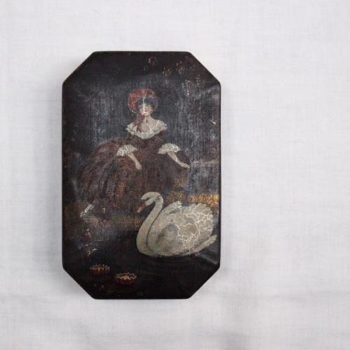 イギリスアンティークの白鳥と女の子の絵の缶